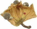 Egels op herfstblad met lieveheersbeestje
